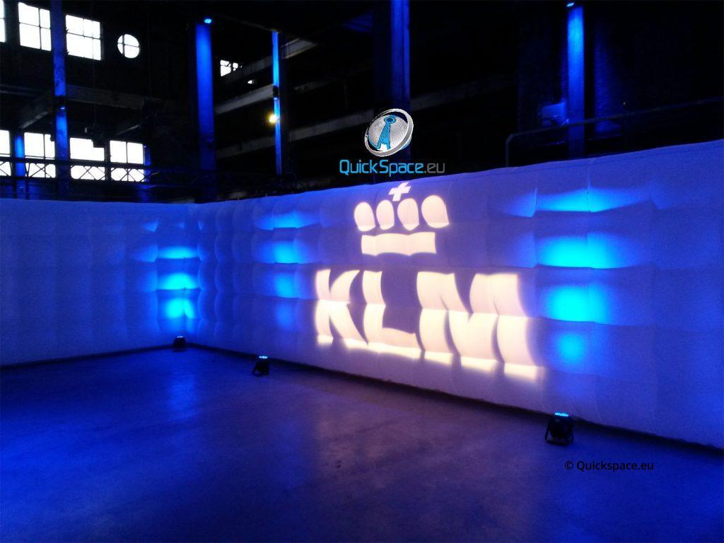QuickSpace nafukovací stěna s logem KLM